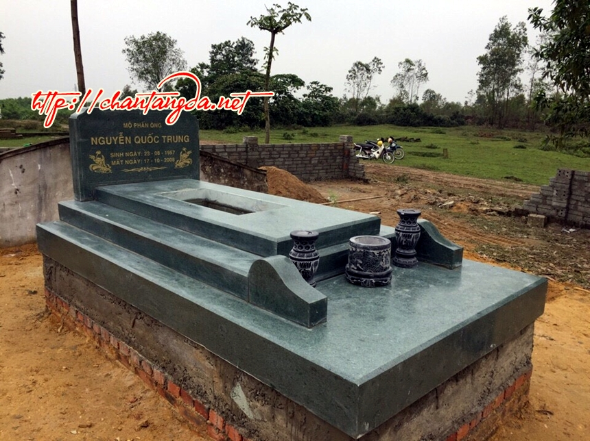 mộ làm từ đá xanh rêu
