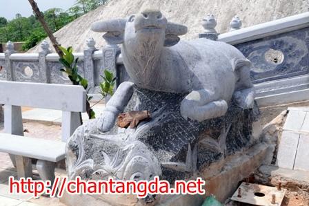 """12 bức tượng bằng đá nguyên khối, tạc hình 12 con giáp """"ngồi chầu"""" xung quanh và hướng về ban thờ chính"""