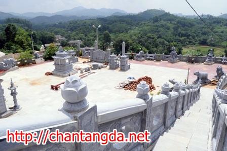 Ngoài đường lên bằng ô tô, khu lăng mộ còn có cả đường bộ dẫn lên đỉnh đồi.